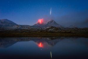Meteor i wybuchający wulkan na jednym zdjęciu? Ten chłopak miał ogromne szczęście