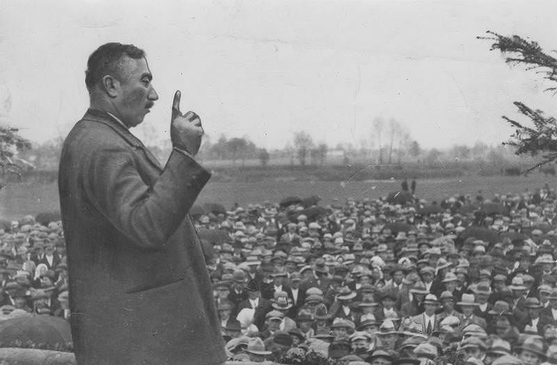 Witos przemawiający do tłumów w Rakszawie w 1933