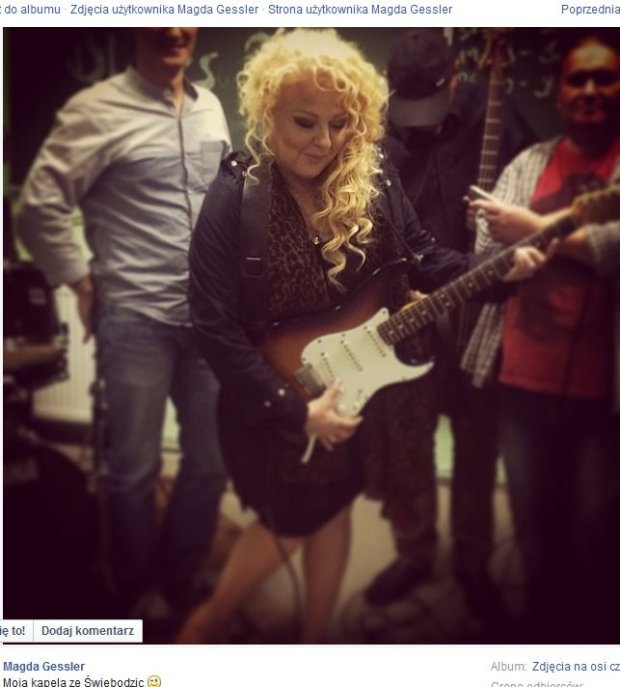 Magda Gessler gra na gitarze