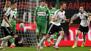 Tomasz Unton tak zmotywował swoich piłkarzy, że ci podbudowani całkowicie stłamsili mistrzów Polski Legię Warszawa. Biało-zieloni przeważali, jednak nie potrafili wykorzystać świetnych sytuacji. Zemściło się to i w 87. minucie gola na wagę zwycięstwa zdobył Orlano Sa.