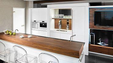DOBRA FIRMA. Kuchnia Roma, drewno i gładkie białe fronty bez uchwytów współtworzą luksusowe wnętrze.