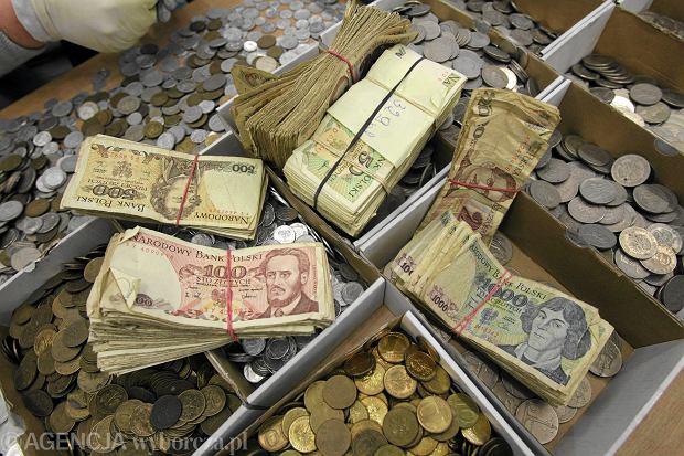 Tuż przed denominacją i w czasie szalejącej inflacji władze zmieniały wzory banknotów (fot. Cezary Aszkiełowicz / Agencja Gazeta)