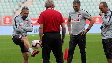 Selekcjoner reprezentacji Polski Jerzy Brzęczek (l) podczas treningu piłkarzy. Wrocław, 10 września 2018
