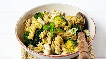 Sałatka z brokułem i fetą będzie ciekawym pomysłem na kolację - na pewno docenią ją wszyscy, którym znudziły się zwykłe kanapki