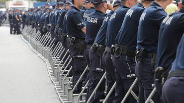 20.07.2017 Warszawa , Sejm . Kordon policyjny odgradzający budynek Sejmu od protestujących .