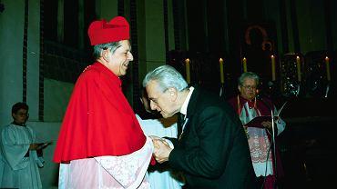 Kardynał Józef Glemp wręcza odznaczenie za zasługi dla Narodu i Kościoła Andrzejowi Łapickiemu, 1993 r.