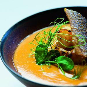Azjatycka zupa rybna zkrewetkami, z mlekiem kokosowym i czipsem zdorsza