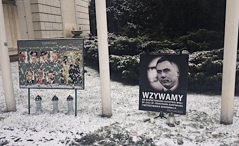 Przeciwko ekshumacji posła Sebastiana Karpiniuka protestowali przyjaciele