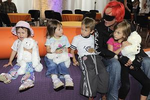 Michał Wiśniewski jest na wakacjach z córką Etiennette. Muzyk dawno jej nie pokazywał. Dziewczynka bardzo wyrosła! Pozostałych troje dzieci Wiśniewskiego także bardzo się zmieniło. Zobaczcie, jak wyglądają.