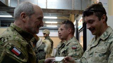 Antoni Macierewicz w mundurze w Afganistanie w grudniu 2015 roku