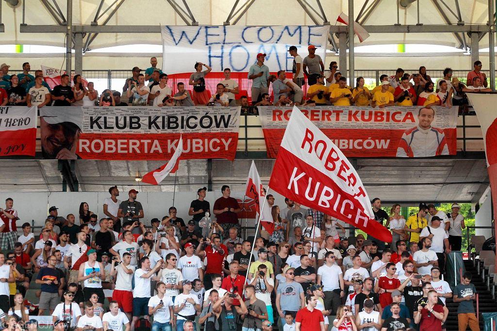 Na węgierskim Hungaroringu trwają testy Formuły 1, w których udział bierze Robert Kubica. Powrót polskiego kierowcy do bolidu wywołał ogromne zainteresowanie na całym świecie.
