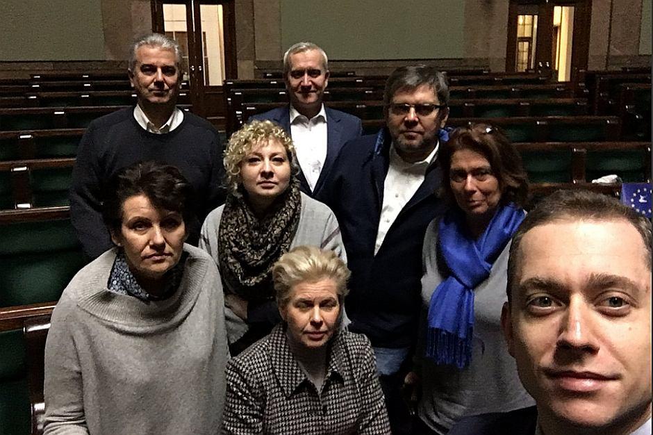 Posłowie PO w sali plenarnej Sejmu