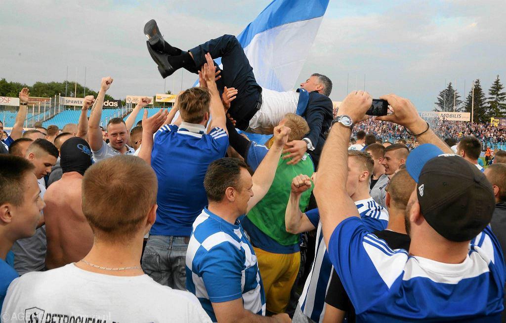 Piłkarze Wisły Płock świętują awans do ekstraklasy na stadionie. W górze prezes Wisły Jacek Kruszewski