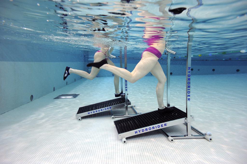 Aqua jogging to świetny trening zarówno dla początkujących biegaczy, osób z nadwagą jak i zaawansowanych zawodników, którzy szukają treningu ogólnorozwojowego