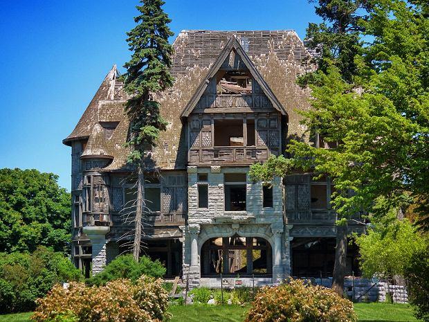 Opuszczony dom wystawiony na sprzedaż w stanie Nowy Jork.