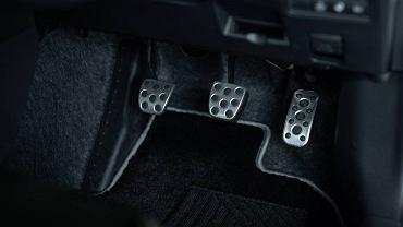 Podnóżka z lewej powinien używać każdy kierowca. Stopa na pedale to koszmarny nawyk