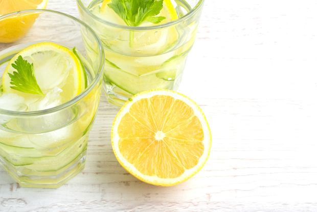Od picia wody z cytruyną można schudnąć