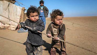 Dzieci - uciekinierzy z miasta Raqqa w ogarniętej wojną Syrii