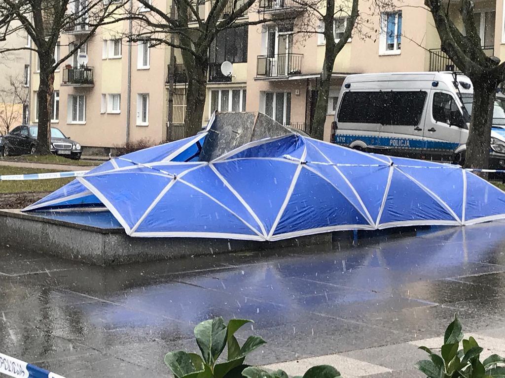 Pomnik prałata Jankowskiego został przewrócony w nocy. Zabezpieczyła go policja