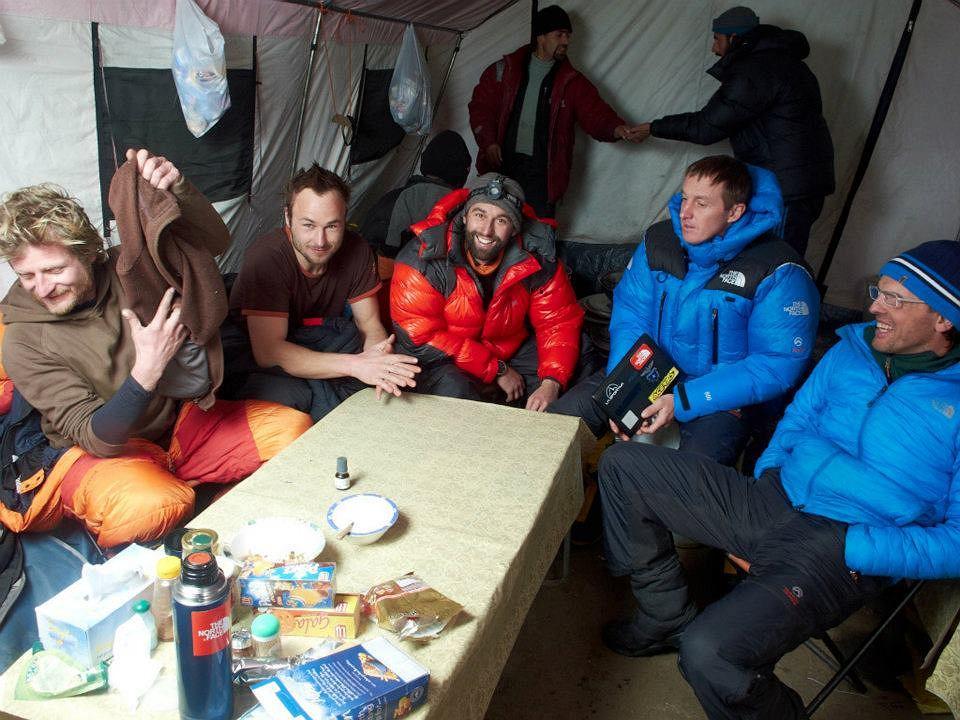 od lewej: Tomek Mackiewicz, Marek Klonowski, jeden z członków wyprawy Moro, Denis Urubko i Simone Moro