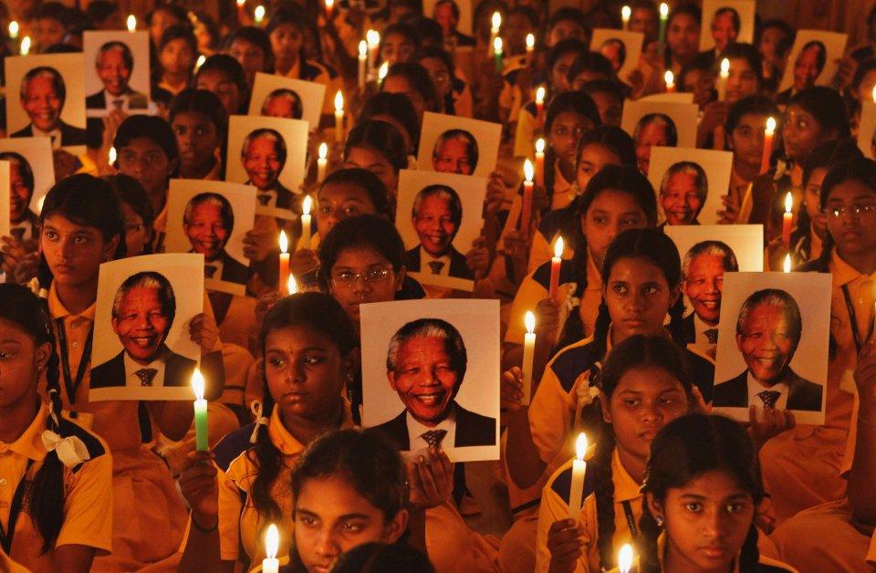 W czwartek, w wieku 95 lat zmarł Nelson Mandela. Południowoafrykański polityk i przywódca był wspominany na całym świecie. Na zdjęciu: uczennice palące świece podczas modlitwy w szkole w Chennai w południowych Indiach.