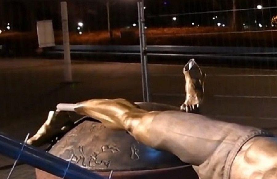 Pomnik Zlatana Ibrahimovicia zdewastowany! Chuligani całkowicie go zniszczyli [ZDJĘCIA]