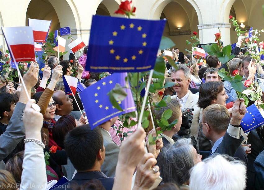 01.05.2004 Warszawa. Uroczystość w związku z wejściem Polski do UE zorganizowana w Zamku Ujazdowskim.