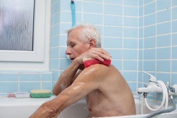 Przy zabiegach higienicznych istotne jest maksymalne wykorzystywanie zachowanych umiejętności pacjenta i jego aktywizacja. Powinien robić samodzielnie wszystko, na co mu stan zdrowia pozwala
