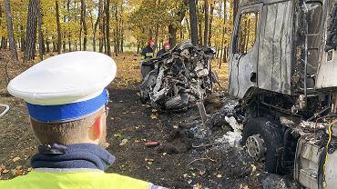 Czmoń pod Poznaniem. Wypadek po policyjnym pościgu. Spalony samochód, którym poruszali się sprawcy napadu