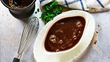 Zagęszczenie sosu przez dodanie do niego mąki lub zasmażki z mąką to dwa najbardziej popularne sposoby