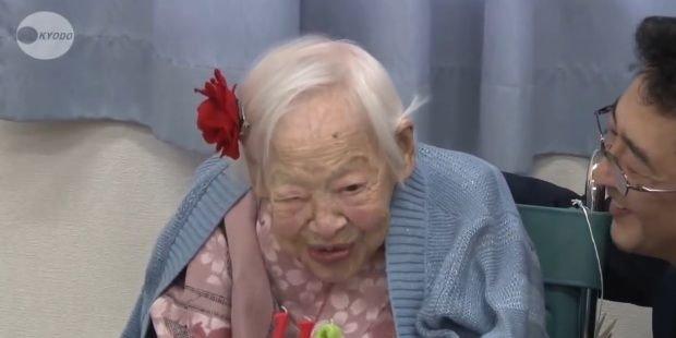 Misao Okawa. Kadr z wywiadu nagranego z okazji 116. urodzin jubilatki