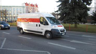 Kierowca Poczty Polskiej zostawił paczki pod placówką