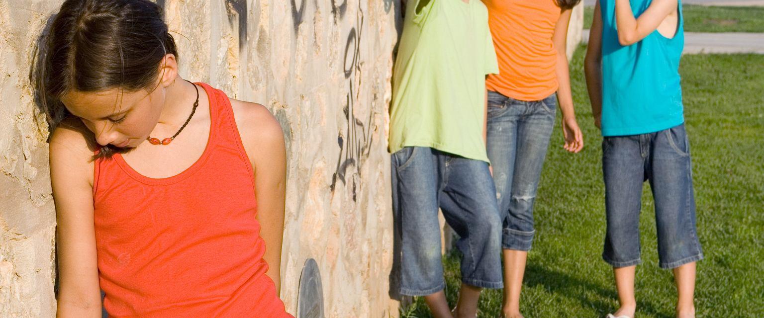 Dziecko odtrącane przez rówieśników potrzebuje wsparcia dorosłych (fot. Shutterstock)