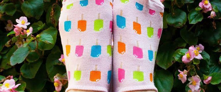 Kolorowe skarpetki to sposób na ożywienie stylizacji. Zobacz, jak modele są teraz na czasie!