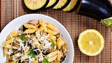 Sałatka z makaronem i tuńczykiem to znana wersja przekąski na zimno. Często wśród składników, poza makaronem i rybą znajdują się oliwki, pomidorki lub kapary.