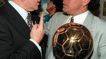 """Alfredo di Stefano i jego rodak Diego Maradona ze """"Złotą Piłką"""" za 1995 rok"""