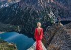 Fotografuje się na tle Tatr w czerwonej sukni. Kadry są tak dobre, że ludzie zarzucają fotomontaż