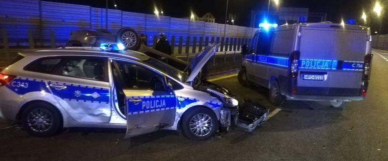 Policyjny pościg na autostradzie A1. Przestępcy staranowali bramki, ich auto dachowało