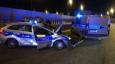 Policyjny pościg na autostradzie A1. Podejrzani staranowali radiowozy i dachowali