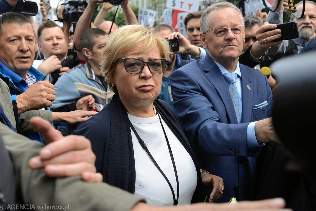 Pierwsza Prezes Sądu Najwyższego Małgorzata Gersdorf w drodze do budynku SN, dzień po wejściu ustawy ograniczającej jej kadencję.