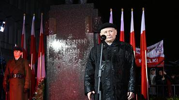 91. miesięcznica smoleńska. Prezes PiS Jarosław Kaczyński przemawia pod pomnikiem Józefa Piłsudskiego. Warszawa, 10 listopada 2017 r.