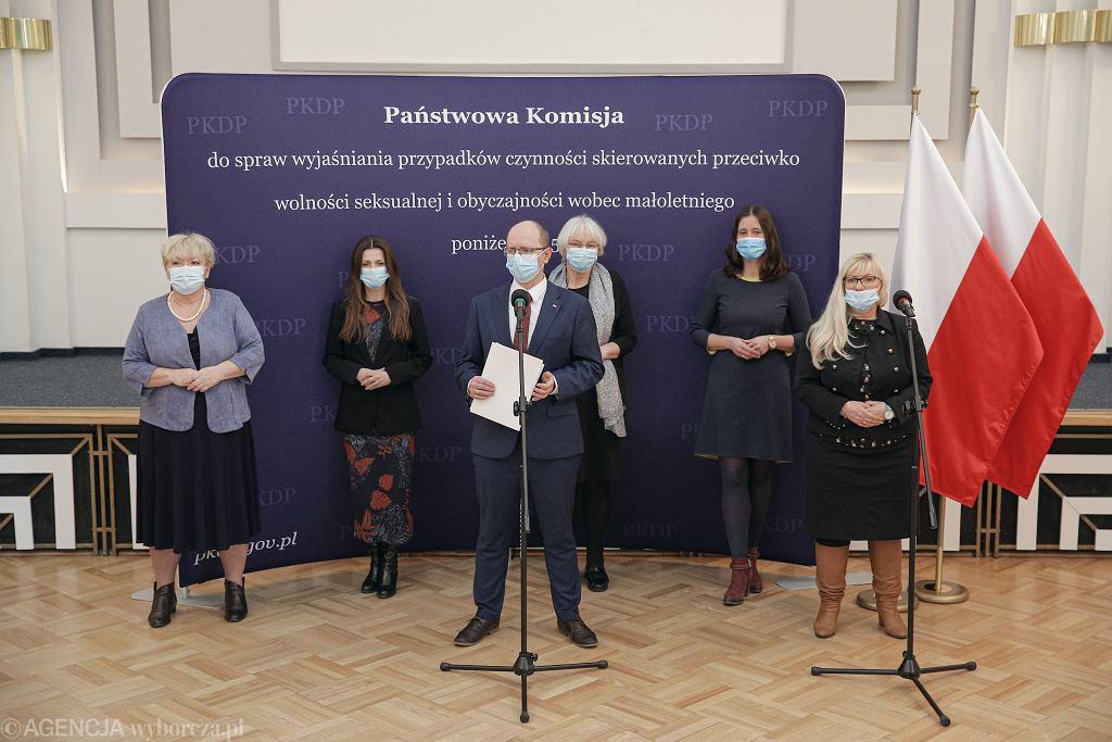 Konferencja prasowa Państwowej Komisji ds. Pedofilii, w środku przewodniczący Błażej Kmieciak.