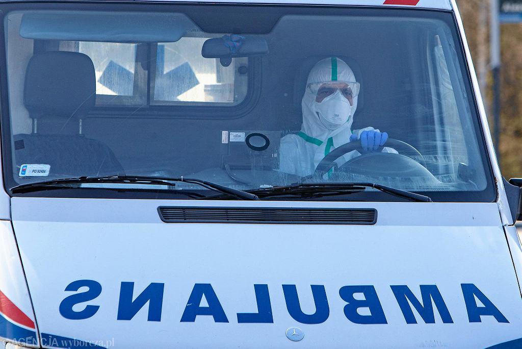 Koronawirus. 17 marca 2020 r. Ratownik w kombinezonie ochronnym w karetce