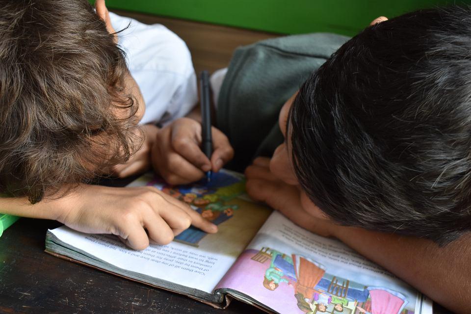 Dzieci - nauka w domu (zdjęcie ilustracyjne)