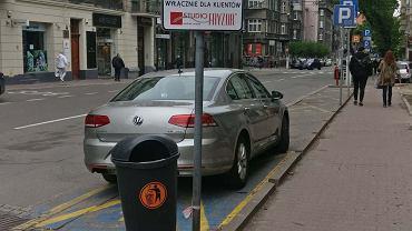 Jeszcze do niedawna przy ul. Kopernika 3 w centrum Katowic było wyznaczone specjalne miejsce do parkowania dla niepełnosprawnych. Teraz w tym miejscu zostawić samochód mogą tylko klienci pobliskiego zakładu fryzjerskiego