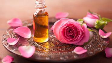 Olejek różany często jest stosowany w aromaterapii. Zdjęcie ilustracyjne, Olga Miltsova/shutterstock.com