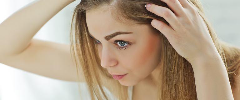 Kosmetyki na wypadnie włosów. Jak skutecznie wzmocnić włosy i zadbać o skórę głowy?