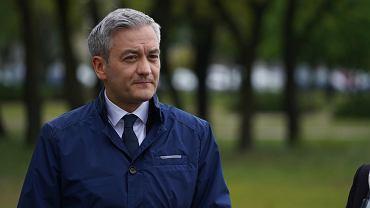 Dlaczego Biedroń nie rezygnuje z mandatu w PE?