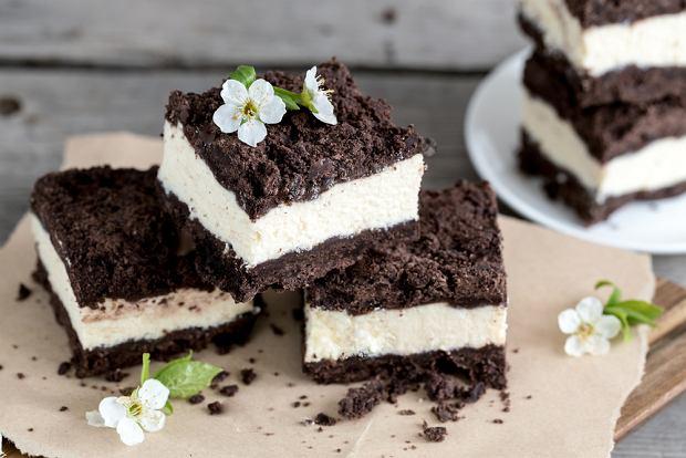 Sernik królewski na Wielkanoc 2021. Tradycyjne desery są uwielbiane przez dzieci i dorosłych. [Przepis na idealne ciasto]
