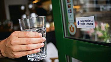 W kilkuset polskich restauracjach, kawiarniach i muzeach nalepki na drzwiach informują o możliwości napicia się wody z kranu za darmo. Najwięcej takich lokali - ponad 80 - jest w Warszawie.
